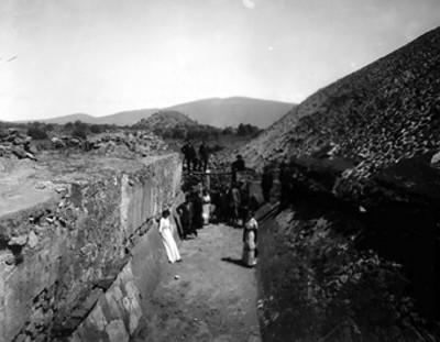 Hombres y mujeres en un corredor al pie de la Pirámide del Sol