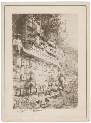 """Hombres junto al santuario Codz Poop, """"Un palais á Kabah"""""""