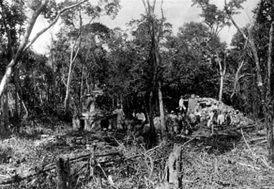 Personas junto a ruinas sobre el camino de Peto a Santa Cruz de Bravo
