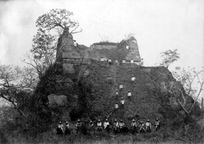 """Campesinos y federales a caballo en """"Ruinas de Veracruz"""""""