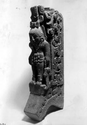 Figura de pieda esculpida con decoración antropomorfa, detalle