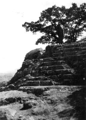 Hombre posa de pie sobre basamento en zona arqueológica de Tetzcotzingo