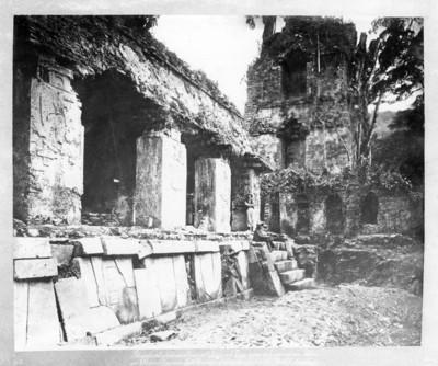 Alfred Percival Maudslay posa junto a ruinas de El Palacio en Palenque