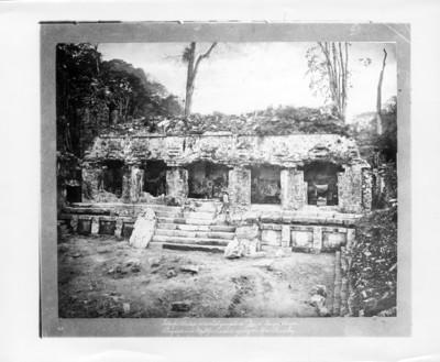 Alfred P. Maudslay posa sentado sobre escalinata del costado occidental en el gran patio de Palacio en Palenque