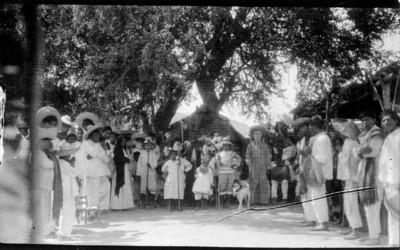 Indígenas reunidos en una celebración, retrato de grupo