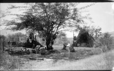 Familia indígena en sus viviendas, retrato