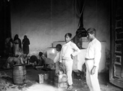 Indígenas lavan el piso de una capilla