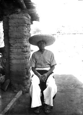 Anciano purépecha sentado, retrato