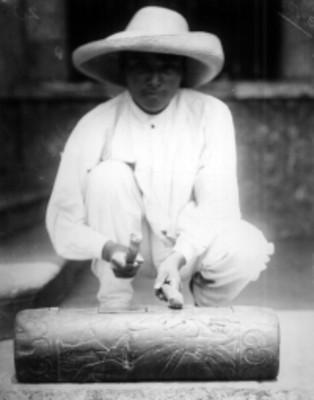 Indígena tocando un teponaztle, retrato