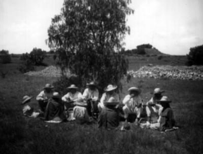 Familias nahuas almuerzan en un paraje, retrato de grupo