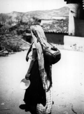 Mujer mixteca con cantaro y jicara