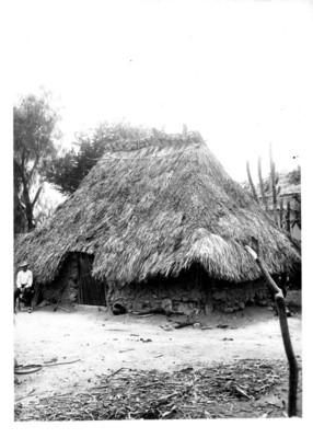 Indígena pame fuera de su vivienda, retrato
