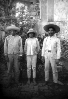 Hombres nahuas de pie, retrato de grupo.