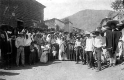 Habitantes otomíes en un poblado, retrato de grupo