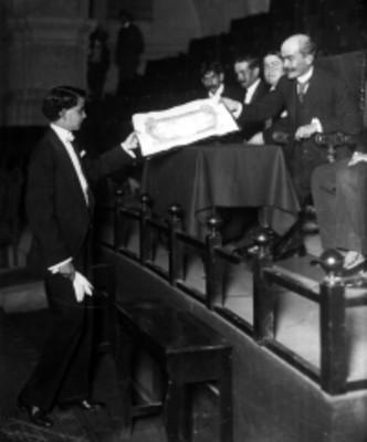 Jóven recibe diploma en el anfiteatro de San Ildefonso