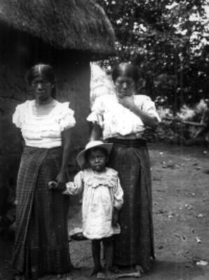 Mujeres mixtecas fuera de su vivienda