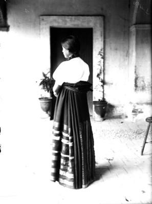 Mujer purépecha de espalda, retrato