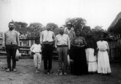 Familia purepecha en patio de su vivienda, retrato de grupo