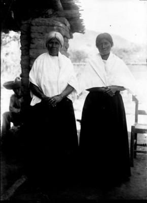 Mujeres otomíes de frente, retrato