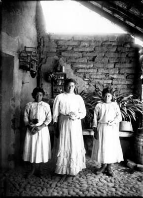 Mujeres otomíes en el patio de una casa, retrato de grupo