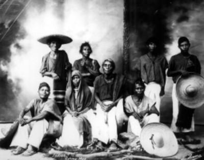 Mujeres y hombres nahuas, retrato de grupo