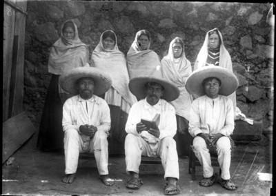 Mujeres y hombres otomíes, retarto de grupo
