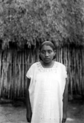 Mujer maya de frente, retrato
