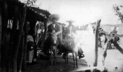 Hombre indígena montado en burro, retrato