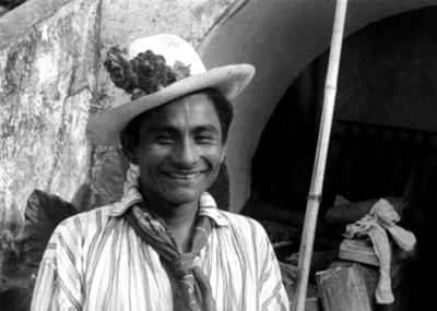 Joven indígena sonriendo