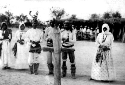 1.-Pascolas y Tenanches de danzas religiosas reverenciando una cruz
