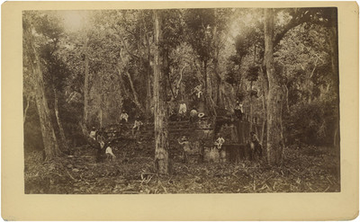 Trabajadores en una estructura prehispánica antes de su consolidación