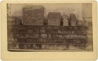 Lápidas y esculturas antropomorfas