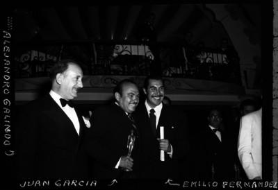 Alejandro Galindo con Juan García y Emilio Fernández durante la entrega del Ariel