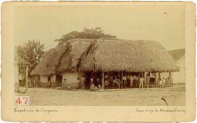 """Indígenas afuera de la """"Casa vieja de Mendoza (S. Carlos)"""""""