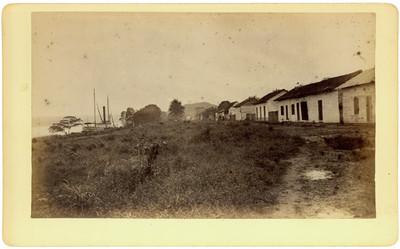 Casas indígenas a orillas de un camino, vista parcial