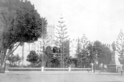 Palacio de Cortés y monumento al general Carlos Pacheco