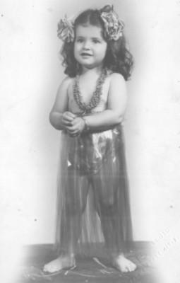 Ylda Rayito con traje de hawaiana, retrato