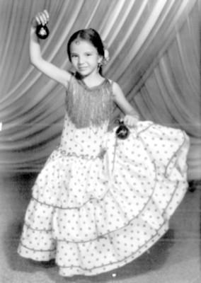 Lupita, con traje folclórico, retrato