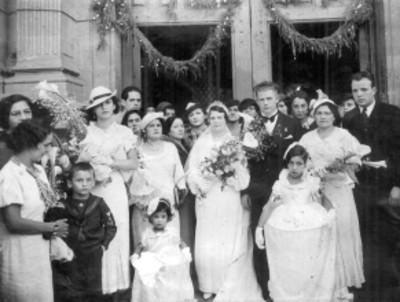 """""""Arsenio y Esperanza"""" en el atrio de una iglesia, retrato de grupo"""