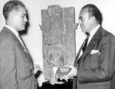 Eusebio Dávalos Hurtado, director del INAH, muestra pieza arqueológica a un visitante