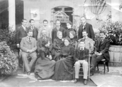 Mujeres y hombres sentados en un patio, retrato