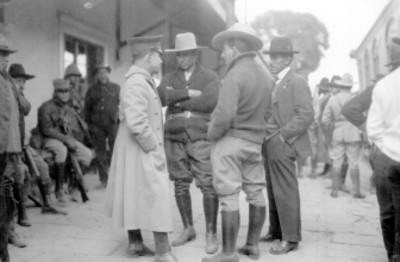 Francisco R. Serrano conversa con otros militares
