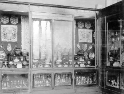 Vitrina con diversas artesanias