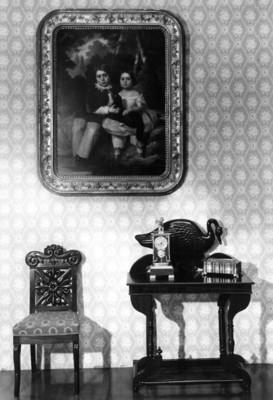 Vista de una pintura y muebles del periodo virreinal