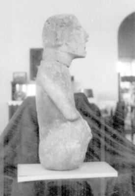 Escultura de un hombre labrada en piedra exhibida en un museo, detalle