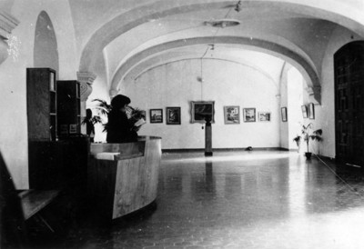Mujer en la recepción de un museo