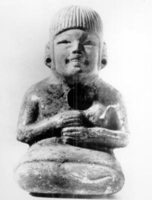 Escultura antropomorfa sedente, de la cultura olmeca