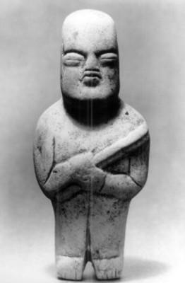 Escultura olmeca de un hombre que sostiene un báculo