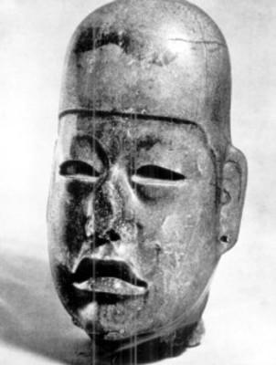 Cabeza olmeca tallada en piedra