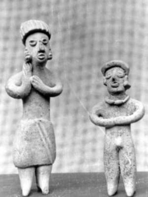 Esculturas antropomorfas femenina y masculina, vistas de frente
